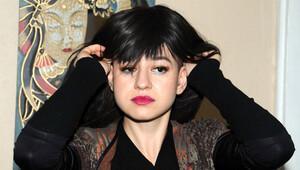 Lösemili çocuklara destek için saçlarını kazıttı
