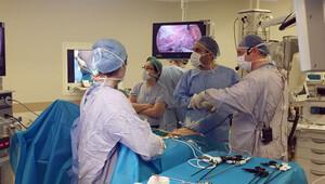 Göbek deliğinden ameliyat uluslararası kongrede yayınlandı