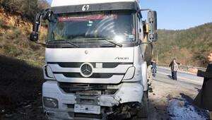 Otomobil ile hafriyat kamyonu çarpıştı: 2 ölü, 5 yaralı