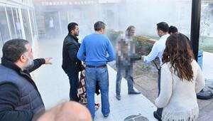 Belediye önünde kendini ateşe verdi, yardım eden de oldu eli cepte videosunu çeken de