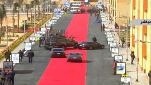 Mısır'da Sisi'nin konvoyuna kırmızı halı serildi
