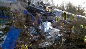 Almanya'da iki tren çarpıştı: En az 10 ölü