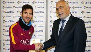Şaka gibi! Messi ilk kez ayın futbolcusu seçildi