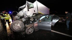 Bariyerlere çarparak havalanan kamyonet otomobilin üzerine düştü: 3 yaralı