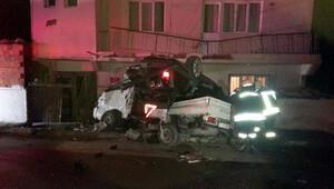 Otomobil kamyonetin kasasına düştü: 3 ölü
