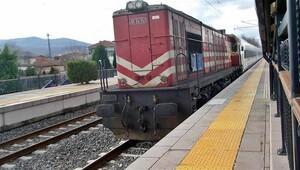94 dakika bekleyen YHT'nin imdadına emektar lokomotif koştu