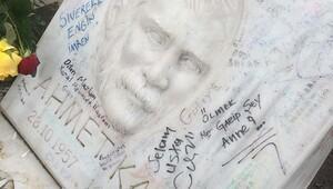 Ahmet Kaya'nın mezarındaki yazılar dikkat çekiyor