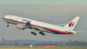 Kayıp Malezya uçağına ait olduğu tahmin edilen bir enkaz parçası Mozambik'te sahile vurdu