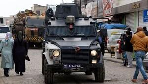 Sur'da Vali yardımcısı ve Emniyet Müdürü inceleme yaptığı sırada çatışma
