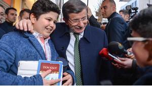 Başbakan Ahmet Davutoğlu Van'da esnafı ziyaret etti vatandaşlarla sohbet etti