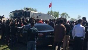 Selahattin Demirtaş ve Figen Yüksekdağ'ın da bulunduğu konvoy İdil girişinde durduruldu
