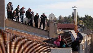 Eşi evi terk edince çocuklarıyla çatıya çıktı, bin kişi onları izledi