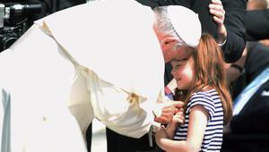 THY, görme yetisini kaybedecek olan küçük kızı Papa ile buluşturdu