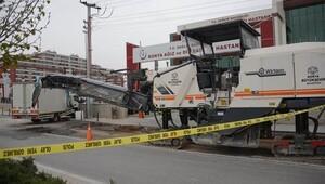Kaldırımda bekleyen kadın kamyonet altında öldü