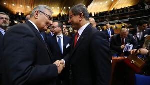 Davutoğlu ve Baykal AKPM Genel Kurulu'nda el sıkışıp sohbet etti