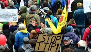 On binlerce kişi TTIP'e karşı yürüdü