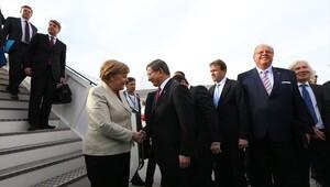 Önce Davutoğlu sonra Merkel indi