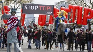 Obama'nın Almanya ziyareti öncesinde büyük protesto gösterisi