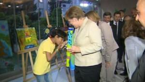 Suriyeli mülteci çocuk Merkel'in elini öptü