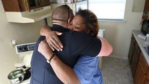 Yemek çalan kadını tutuklamayan polisler, ona yardım etti