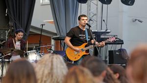 Rockçı profesörden öğrencilerine konser