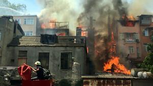 Tarihi semtte feci yangın: 5 binadan 2'si kül oldu