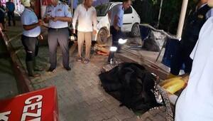 Otomobil kokoreççi dükkanına daldı: 2 ölü