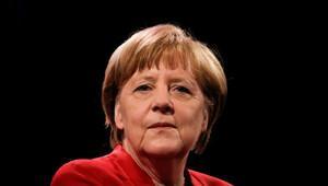 Merkel'in partisi oy kaybetmeye devam ediyor