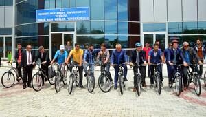 Öğrenci sayısı artsın diye bisiklet dağıttılar