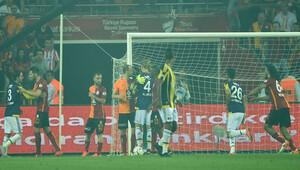 Galatasaray-Fenerbahçe derbisinde saha karıştı!