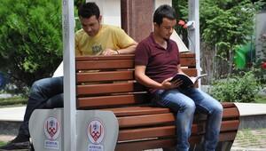 Güneş enerjili banklar cep telefonunu şarj ediyor