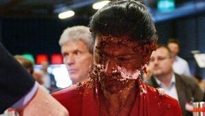 Yüzüne pasta attılar