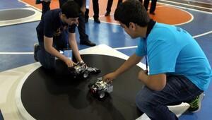 Özel yetenekli öğrenciler robot yarıştırıyor