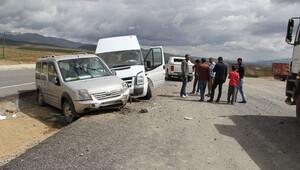 Yüksekova'ya dönüş yolunda kaza: 15 yaralı