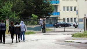 Öğretmenler kapıdan atlayıp okula gidiyor