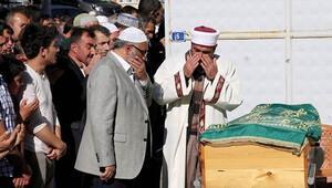 Oğlunun cenaze namazını gözyaşları içinde kıldırdı