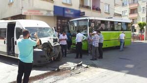 Servis minibüsü halk otobüsüne çarptı: 21 yaralı