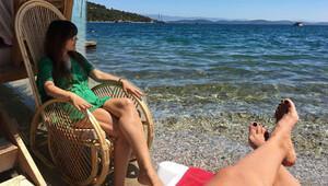 Demet Akalın locadan halk plajına