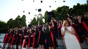 Genç iletişimcilerin coşkulu mezuniyet töreni