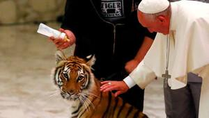 Papa Vatikan'da kaplan sevdi