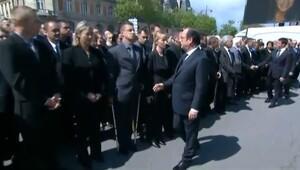 Hollande'ın eli havada kaldı!