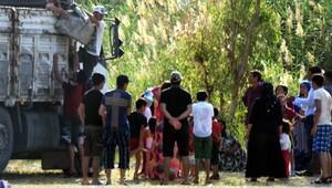120 kişi kamyonla plaja geldi, jandarma alarma geçti