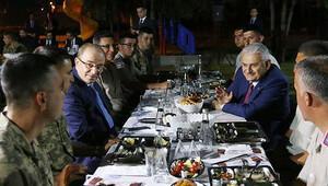 Başbakan Binali Yıldırım askerlerle iftar yaptı