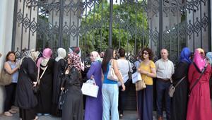 Adaylar sınavda, aileler ise bekleyişte