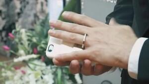 iPhone'uyla evlenen adam!