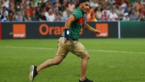 Polonya-Portekiz maçında sahaya taraftar girdi!