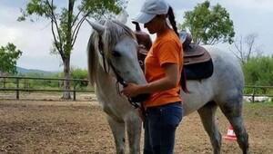 Hayatını atlara adadı