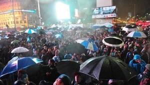 Binlerce kişi sokaklara döküldü!