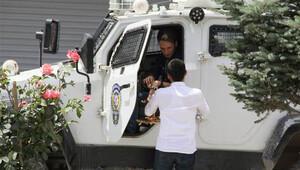 HDP bayramlaşmasında polise şeker ve kolonya ikram edildi