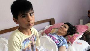 12 yaşında yatalak annesine bakıyor